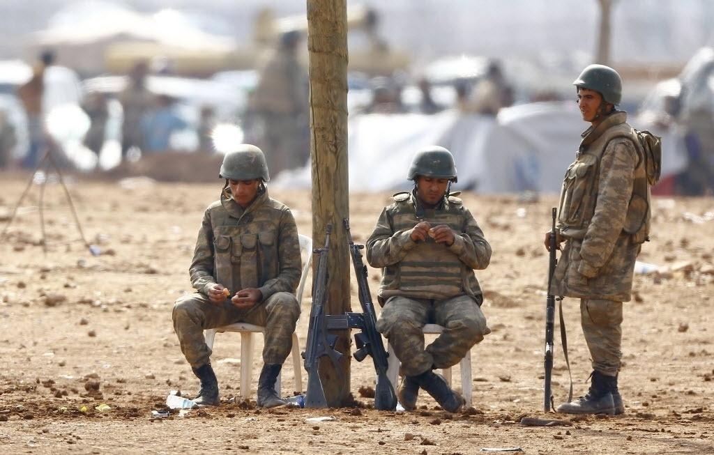 17.out.2014 - Soldados turcos fazem guarda em campo de refugiados na cidade de Suruc, na província de Sanliurfa, na Turquia. Curdos de nacionalidade síria têm protestado contra o governo turco devido à ausência de ações da Turquia contra os radicais sunitas do Estado Islâmico, que cercaram a cidade curda de Kobane, na Síria