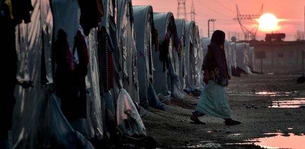 Mulher curda síria caminha em um campo de refugiados na Turquia, na fronteira com a Síria