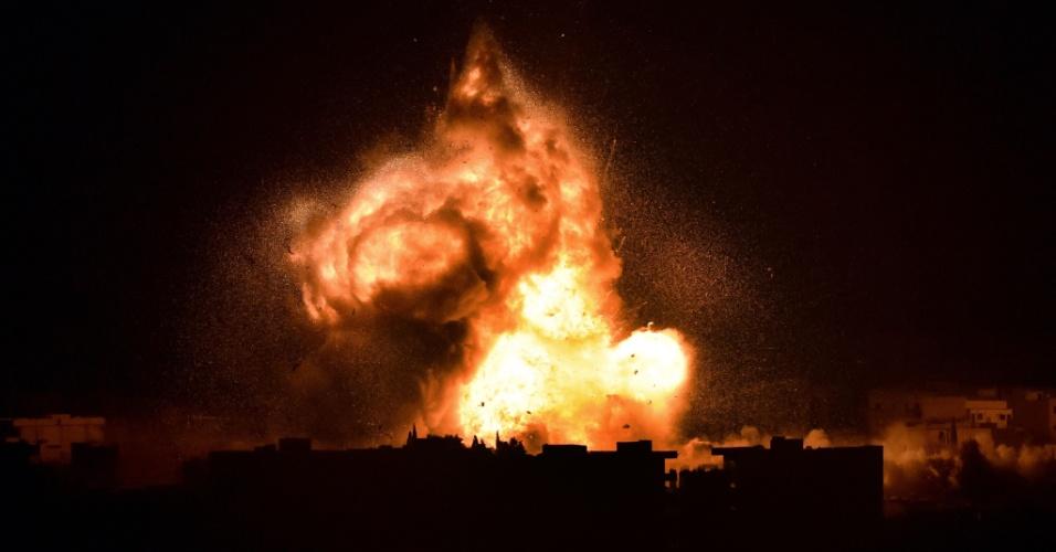 18.out.2014 - Coalisão liderada pelos Estados Unidos ataca cidade síria de Kobane, também conhecida como Ain al-Arab, na fronteira com a Turquia, neste sábado (18). Forças militares norte-americanas, que estão bombardeando militantes do Estado Islâmico na Síria, mataram dez civis em dois ataques aéreos recentes, relatou um grupo de monitoramento da violência. Washington disse que não há evidência que dê suporte ao relato e afirmou que forças dos EUA usam medidas de mitigação para reduzir o potencial de baixas civis quando alveja o Estado Islâmico