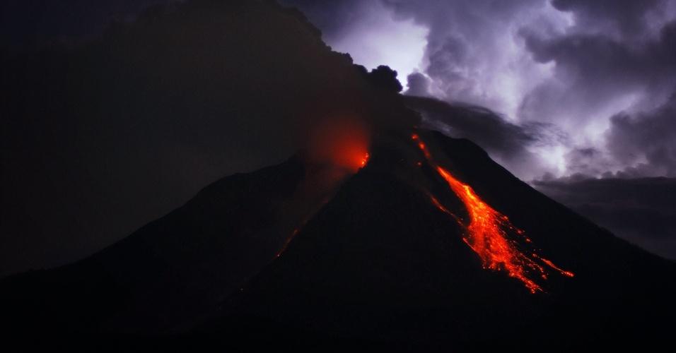 18.out.2014 - O Monte Sinabung, na Indonésia, expele lava e cinzas em foto de longa exposição tirada neste sábado (18). O vulcão começou a entrar em erupção em setembro de 2013 e em fevereiro de 2014 matou cerca de 17 pessoas, também obrigando mais de 33 mil moradores a fugir de suas casas