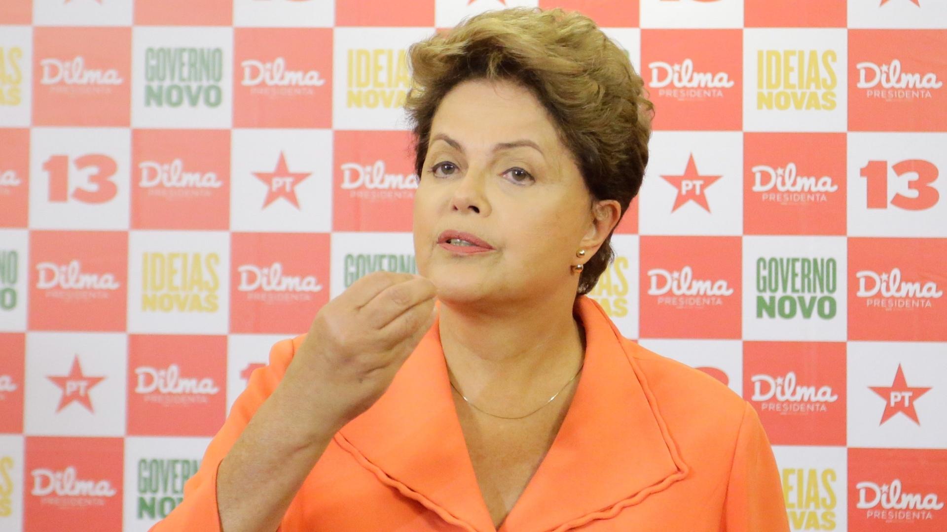 19.out.2014 - A candidata à presidência Dilma Rousseff (PT) concede entrevista coletiva em hotel de São Paulo antes de se dirigir ao debate promovido pela Record