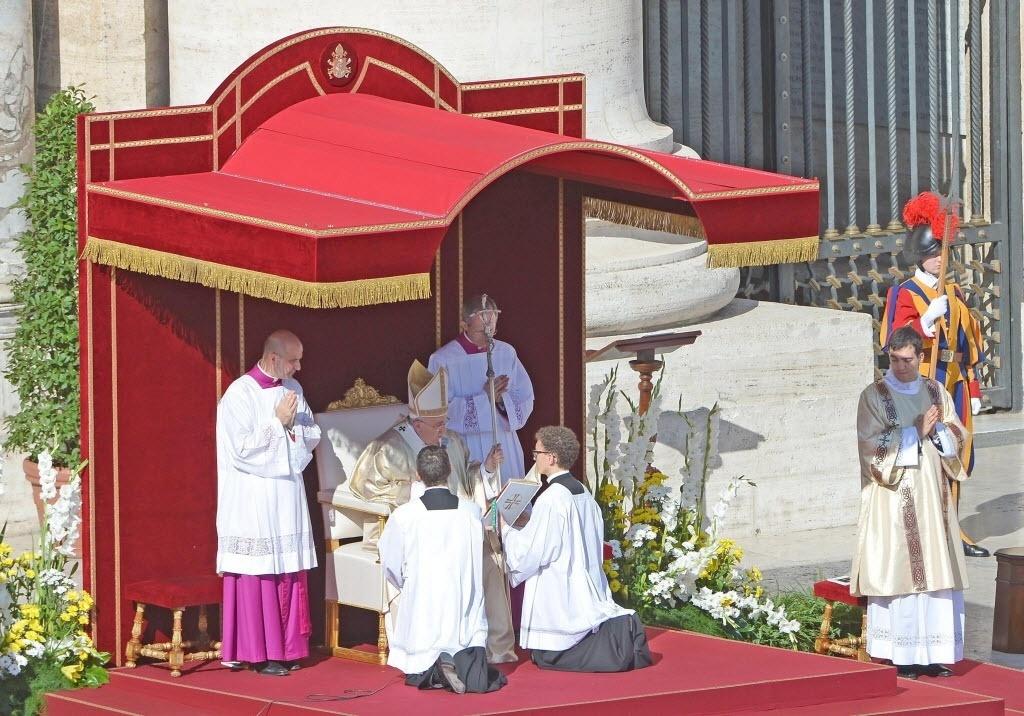 19.out.2014 - O papa Francisco proclamou neste domingo (19) Paulo 6º beato durante missa na praça de São Pedro, no Vaticano, assistida por dezenas de milhares de pessoas. O milagre atribuído a Paulo 6º, e que o permitiu ser beatificado, é a cura de um feto diagnosticado com graves problemas cerebrais no início da década de 1990 na Califórnia. A mãe se recusou a abortar e rezou para o papa para salvar a criança, que nasceu saudável
