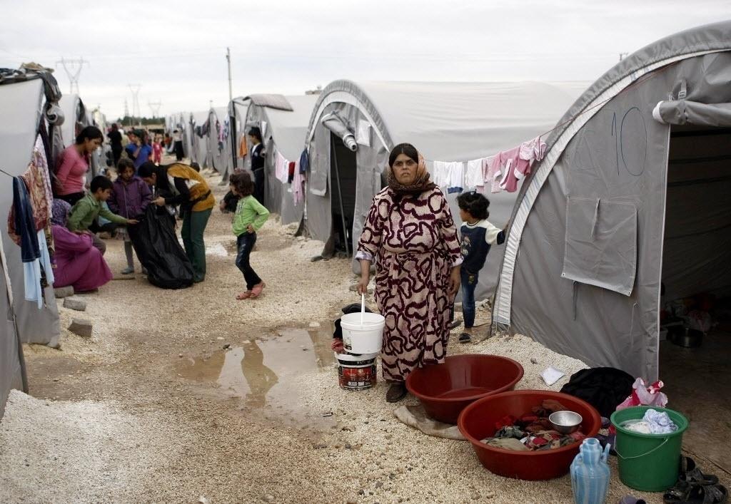 19.out.2014 - Sírios em um campo de refugiados no distrito de Suruc, na Turquia, após fugirem dos ataques a Kobane. A aliança liderada pelos Estados Unidos contra o grupo jihadista Estado Islâmico realizou seis ataques aéreos na cidade de Kobane, na Síria