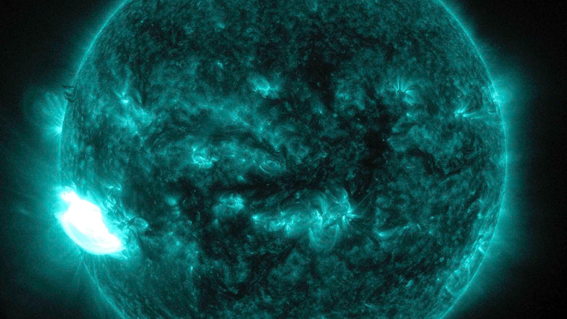20.out.2014 - Imagem em ultravioleta captada pelo Observatório de Observação Solar da Nasa mostra significativa erupção na superfície do Sol ocorrida no dia 19 de outubro