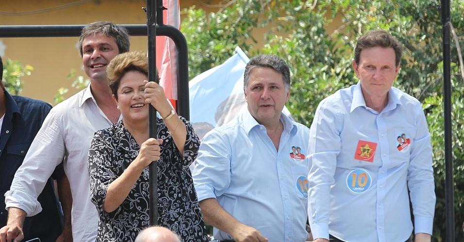 20.out.2014 - A presidente e candidata à reeleição pelo PT, Dilma Rousseff, faz carreata com o candidato ao governo do Rio pelo PRB, Marcelo Crivella, em Nova Iguaçu, na Baixada Fluminense. A presidente posou, discursou e até abraçou, mas não pediu votos para o candidato. Os candidatos derrotados no primeiro turno, Anthony Garotinho (PR) e Lindinberg Farias (PT), também participaram da carreata