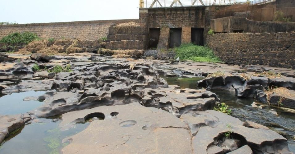 20.out.2014 - Imagem mostra trecho seco do rio Pardo, na usina de Itaipava, em Santa Rosa de Viterbo, no interior de São Paulo, nesta segunda-feira (20). Apenas uma das quatro turbinas da usina está funcionando devido à seca
