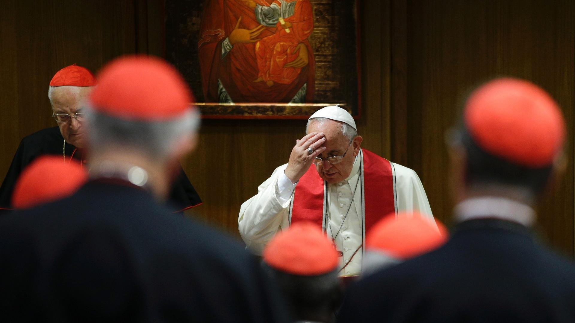 20.out.2014 - Papa Francisco faz o sinal da cruz durante consistório para a beatificação de Giuseppe Vaz e Maria Cristina dell'Immacolata Concezione na Sala do Sínodo, no Vaticano, nesta segunda-feira (20)