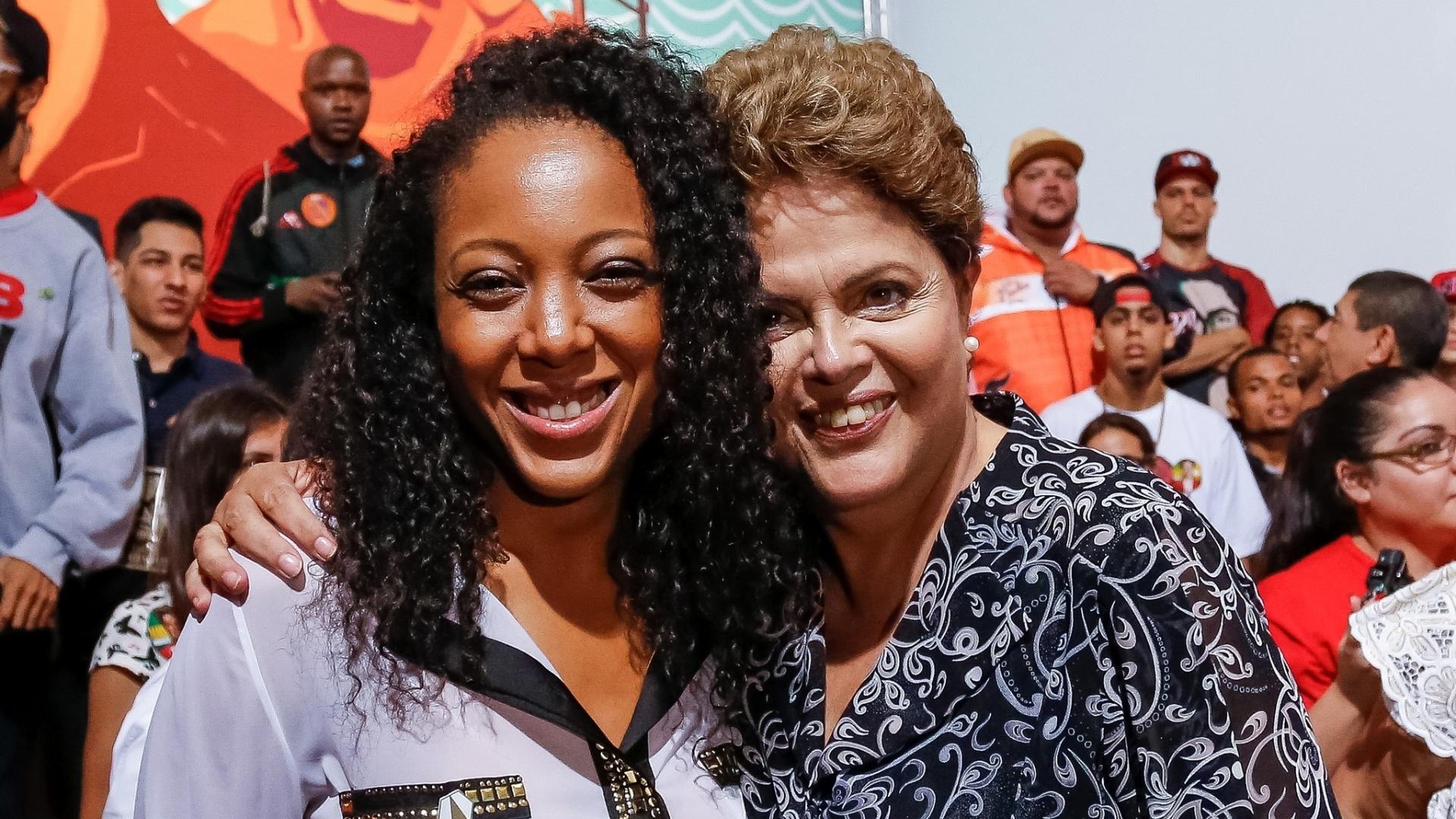 21.out.2014 - Em manifestação de apoio à reeleição da presidente Dilma Rousseff, a cantora Negra Li participou de ato Periferia com Dilma, em Itaquera, na zona leste de São Paulo