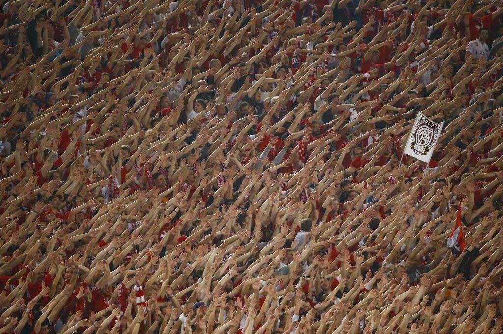 21.out.2014 - Torcedores do Bayern de Munique empurram o time em jogo da Liga dos Campeões contra a Roma, no estádio Olímpico, na Itália. Cerca de 1.000 torcedores alemães viajaram até Roma para ver seu time vencer por goleada de 7 a 1