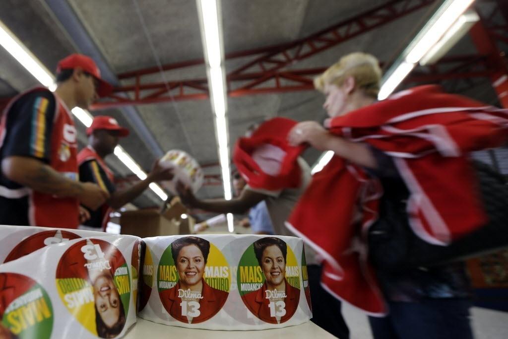 9.out.2014 - Apoiadores organizam material de campanha da presidente e candidata à reeleição pelo PT, Dilma Rousseff, durante comício em São Paulo