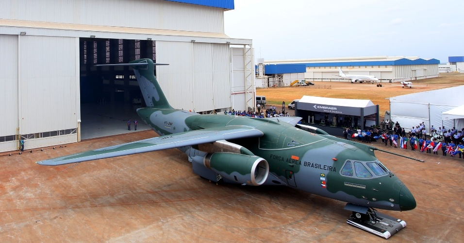 Embraer apresenta o protótipo do cargueiro militar KC-390, na cidade de Gavião Peixoto (SP). O acordo entre a Força Aérea Brasileira (FAB) e a fabricante brasileira de aviões prevê a aquisição de 28 aeronaves ao longo de dez anos. A primeira entrega está programada para 2016
