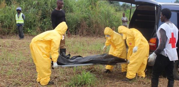 Equipes de saúde carregam corpo de uma vítima de ebola na cidade de Freetown, em Serra Leoa