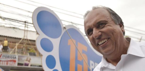 O governador do Rio de Janeiro, Luiz Fernando Pezão, em campanha pelas ruas de Itaboraí em outubro