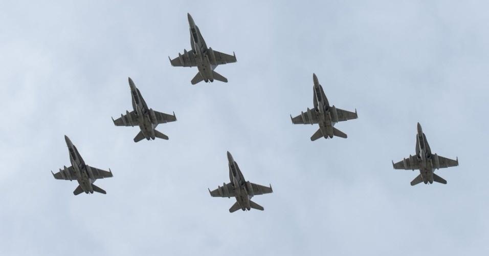 23.out.2014 - Caças da Força Aérea Real Canadense sobrevoaram o Iraque nesta terça-feira (21). A imagem foi divulgada nesta quarta-feira (22). Os aviões de combate foram deslocados até o Iraque durante um prazo máximo de seis meses para combater o grupo jihadista Estado Islâmico (EI). Além dos caças, o governo canadense estendeu a missão de até 69 membros das forças especiais que estão operando no norte do Iraque em apoio às forças locais que lutam contra o EI
