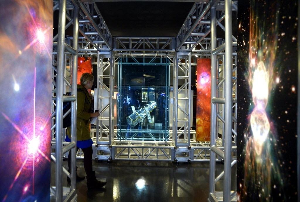 23.out.2014 - EXPOSIÇÃO SOBRE O HUBBLE - Visitante observa a nova exposição