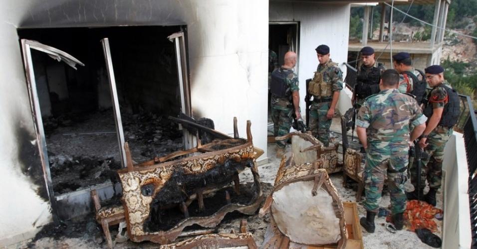 23.out.2014 - Soldados do exército libanês inspecionam os danos depois de um ataque em um apartamento na cidade de Asoun, nesta quinta-feira (23). O exército do Líbano matou três pessoas e prendeu várias outras durante revista ao apartamento que continha armas e munições. As autoridades acreditam que o imóvel era usado para planejar um ataque e que homens armados sírios e libaneses moravam no local com um soldado do grupo extremista Estado Islâmico (EI)