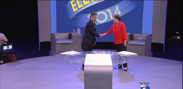Dilma Rousseff (PT) e Aécio Neves (PSDB) se cumprimentam antes do debate