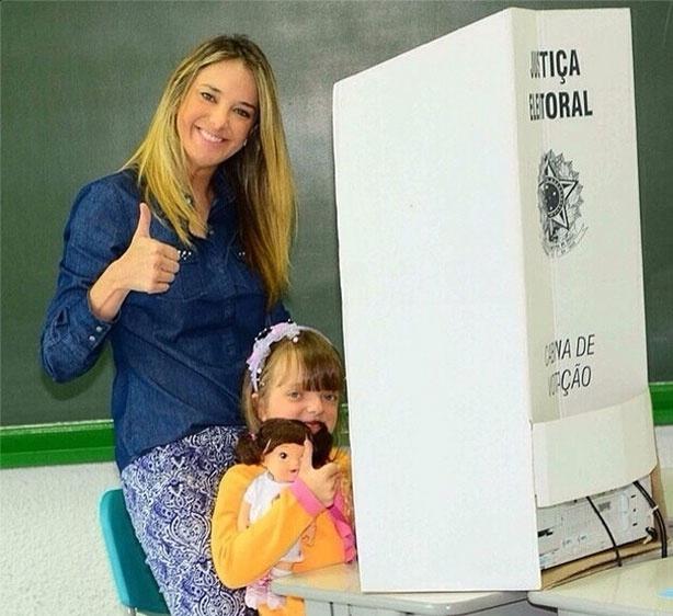 26.out.2014 - A apresentadora Ticiane Pinheiro postou foto no Instagram, neste domingo (26), votando com a filha Rafa Justus. Aos seus seguidores, ela afirmou: