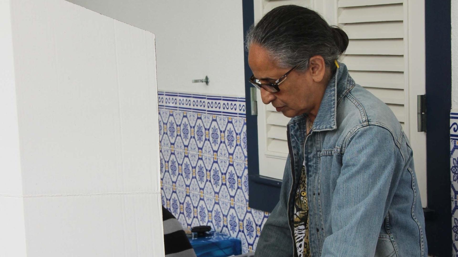 26.out.2014 - A cantora Maria Bethânia vota no Gávea Country Club, em São Conrado, na zona sul do Rio de Janeiro, neste domingo (26)