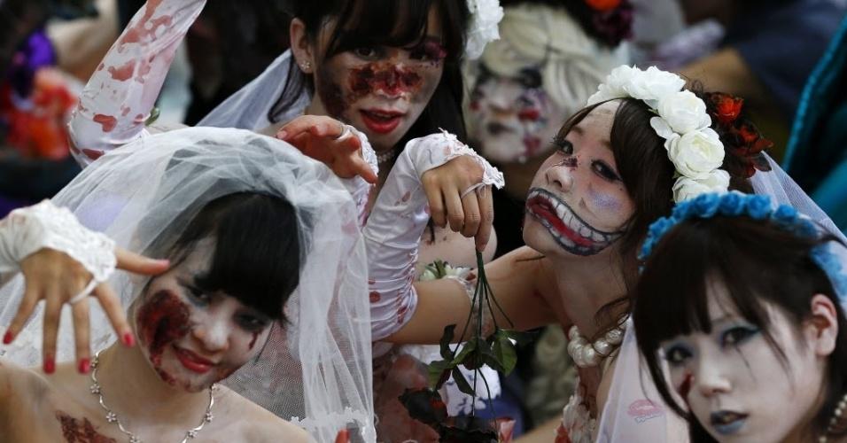 26.out.2014 - Meninas se vestem de noivas cadáveres e posam para fotos depois do desfile de Halloween em Kawasaki, ao sul de Tóquio, no Japão, neste domingo (26). Mais de 100 mil pessoas assistiram a parada que contou com 2.500 participantes fantasiados, de acordo com os organizadores do evento