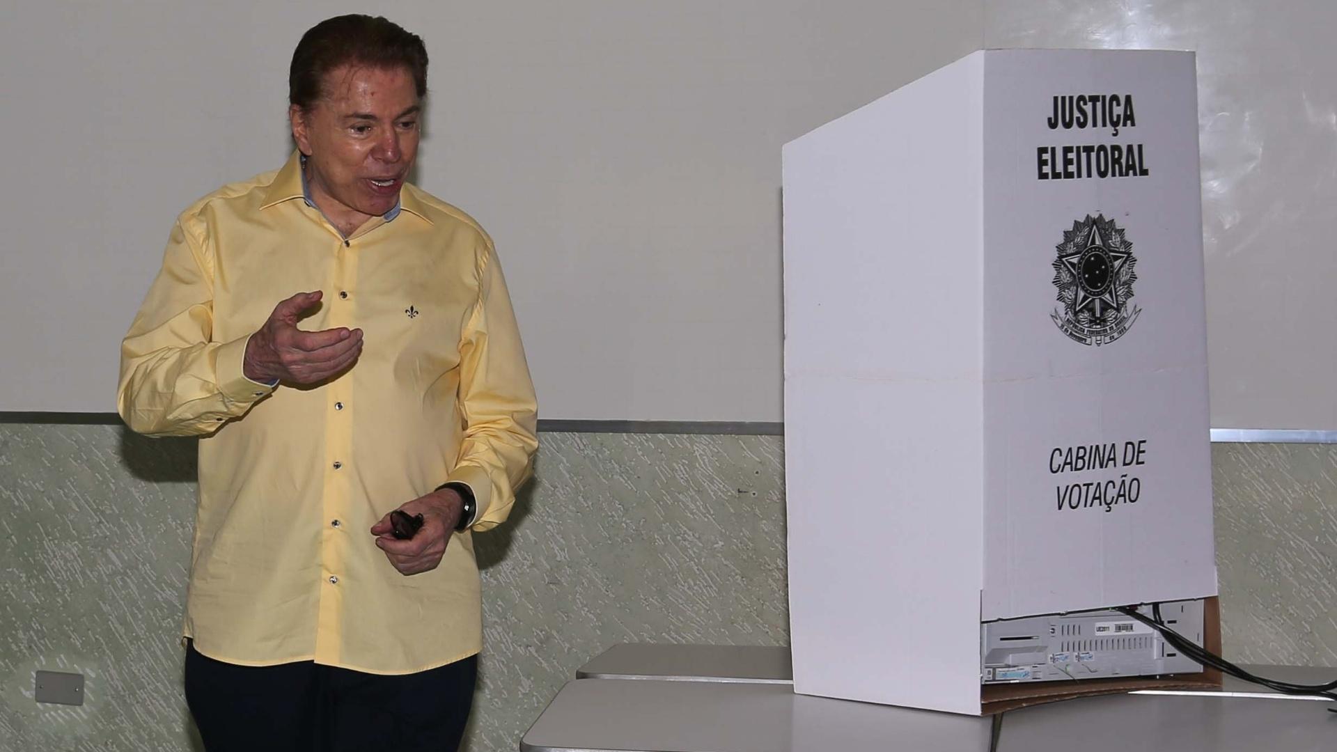 26.out.2014 - O apresentador Silvio Santos registra seu voto neste domingo (26) no bairro do Morumbi, zona sul da capital paulista