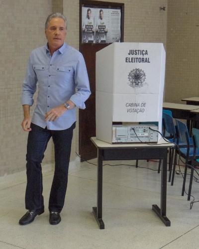 26.out.2014 - O publicitário e apresentador Roberto Justus vota no colégio Santo Américo, no bairro do Morumbi, na zona sul da capital paulista, neste domingo (26)