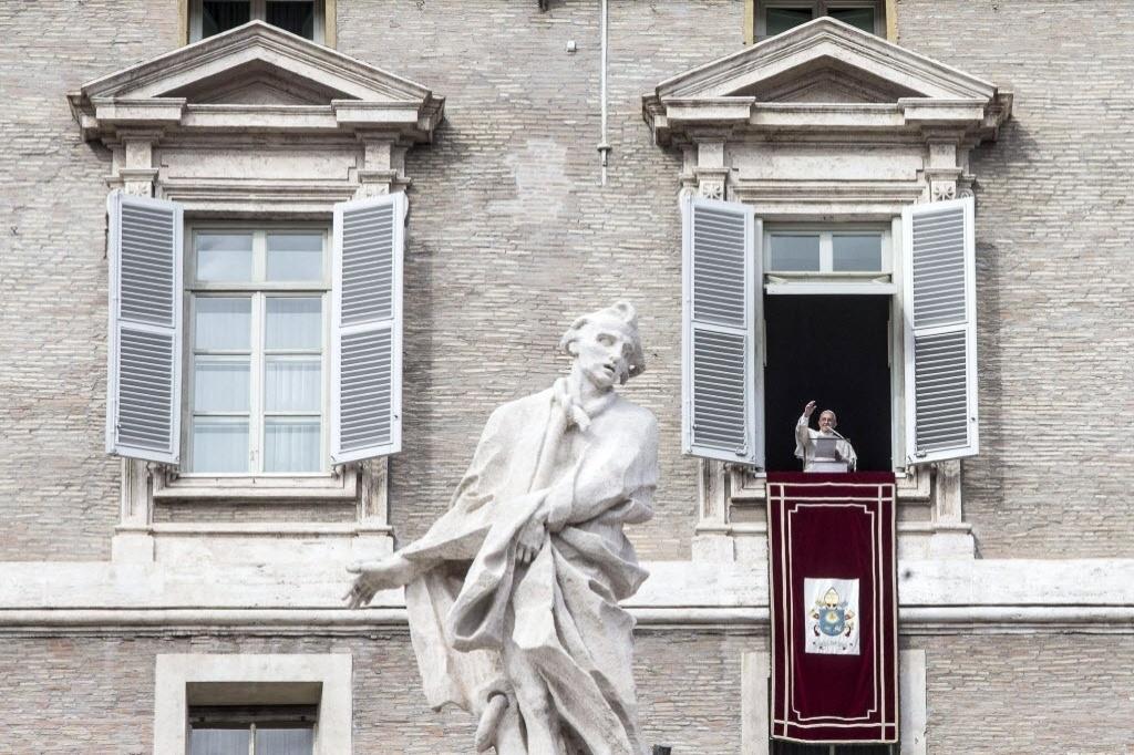 26.out.2014 - Papa Francisco acena para fiéis durante a tradiconal oração