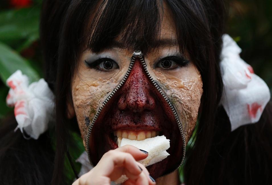 26.out.2014 - Jovem fantasiada come um sanduiche durante desfile de Halloween em Kawasaki, um subúrbio de Tóquio, no Japão. Mais de 100 mil pessoas assistiram ao desfile de pessoas fantasiadas e mais de 2.500 participaram dele