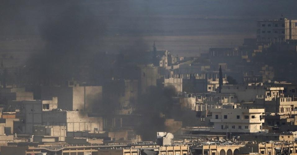 27.out.2014 - Fumaça toma conta da cidade de Kobani, que faz fronteira entre a Turquia e a Síria, durante intensos combates entre militantes curdos e grupo Estado Islâmico (EI), nesta segunda-feira (27). Militantes do EI decapitaram quatro homens de uma tribo no leste da Síria acusados pelo grupo de serem combatentes inimigos e de receber treinamento militar de forças pró-governo, disse um grupo de monitoramento da violência no país
