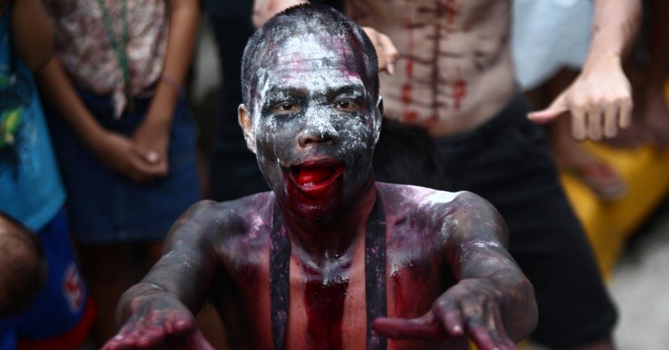 """27.out.2014 - Homem fantasiado de zumbi dança com outros participantes durante a festa """"Zombie Zumba"""", na cidade de  Mandaluyong, nas Filipinas, em comemoração ao Halloween. Mais de 500 pessoas participaram do evento"""