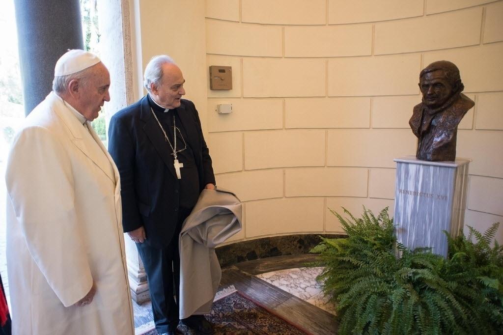 27.out.2014 - Papa Francisco conhece nova estátua do Vaticano, um busto de bronze do papa Bento 16, que foi eleito por conclave em 2005 e renunciou em 2013