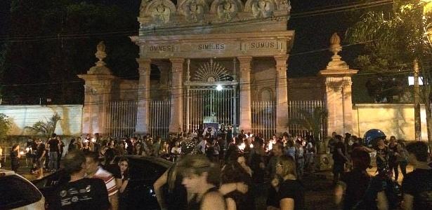 Protesto contra a morte de gatos em frente ao cemitério de Piracicaba (SP)