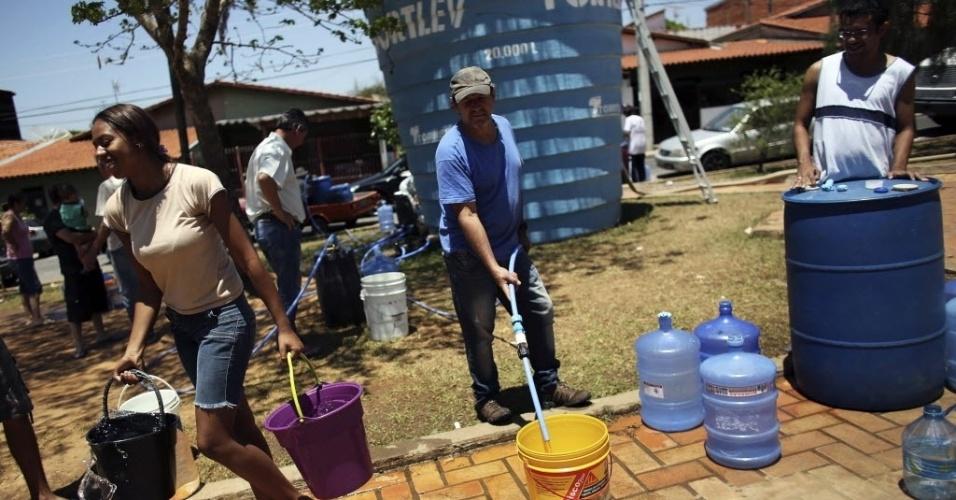 28.out.2014 - A Prefeitura de Itu instalou caixas de água gigantes para minimizar a falta de água que atinge a cidade. No bairro Parque Insdutrial, os moradores utilizam a caixa de água para abastacer galões e garrafões