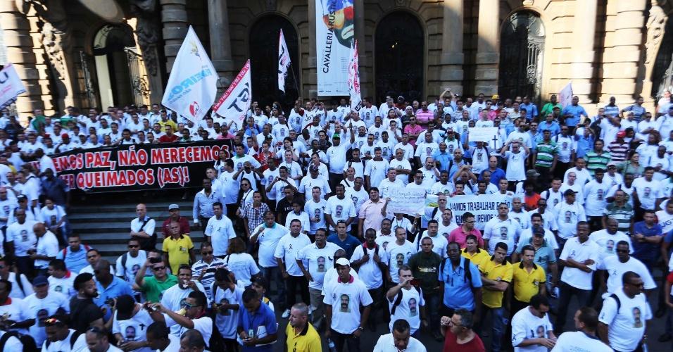 28.out.2014 - Trabalhadores ligados ao Sindicato de Motoristas e Cobradores fazem protesto em direção ao Teatro Municipal, no centro de São Paulo (SP), nesta terça-feira (28), contra a morte de motoristas durante ataques a ônibus e reivindicam mais segurança