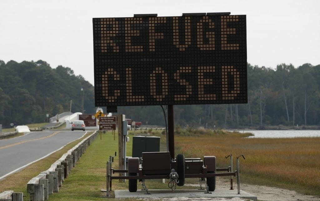 29.out.2014 - A estrada que leva para a ilha Assateague é fechada devido à possível dispersão de materiais potencialmente perigosos na cidade Chincoteague, na Virgínia (EUA). O foguete Antares explodiu durante o lançamento na ilha Wallops, vizinha a cidade