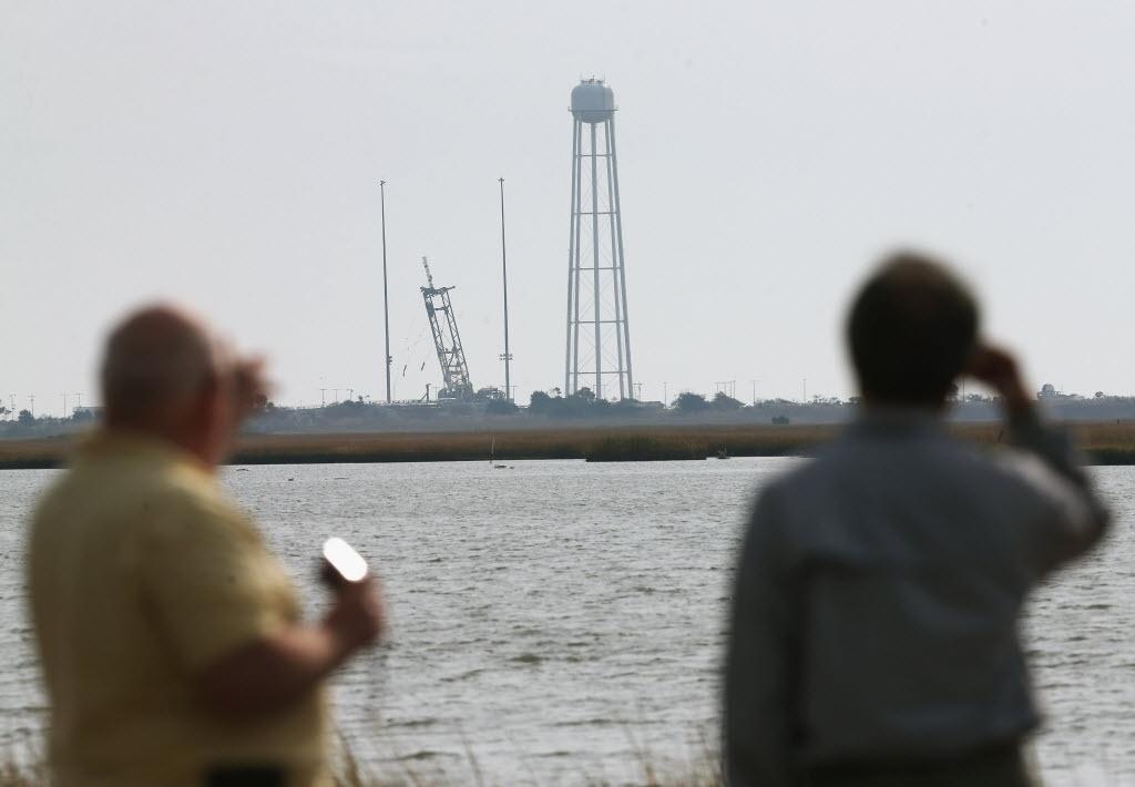 29.out.2014 - Curiosos observam o local de lançamentos de espaçonaves onde o foguete Antares, da empresa privada