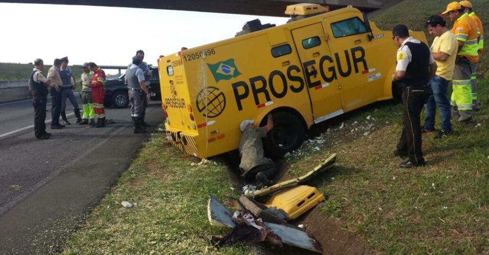30.out.2014 - Carros-fortes sofreram tentativa de roubo no km 200 da rodovia Doutor Adhemar Pereira de Barros (SP-340), entre Aguaí e Casa Branca, em São Paulo, na manhã desta quinta-feira (30). Durante tiroteio entre policiais e os assaltantes, um policial militar foi baleado na cabeça e morreu. Outras duas pessoas ficaram feridas. O dinheiro carregado pelos veículos não foi levado. Segundo a Polícia Rodoviária, pelo menos 12 suspeitos, em quatro carros, participaram da tentativa de assalto