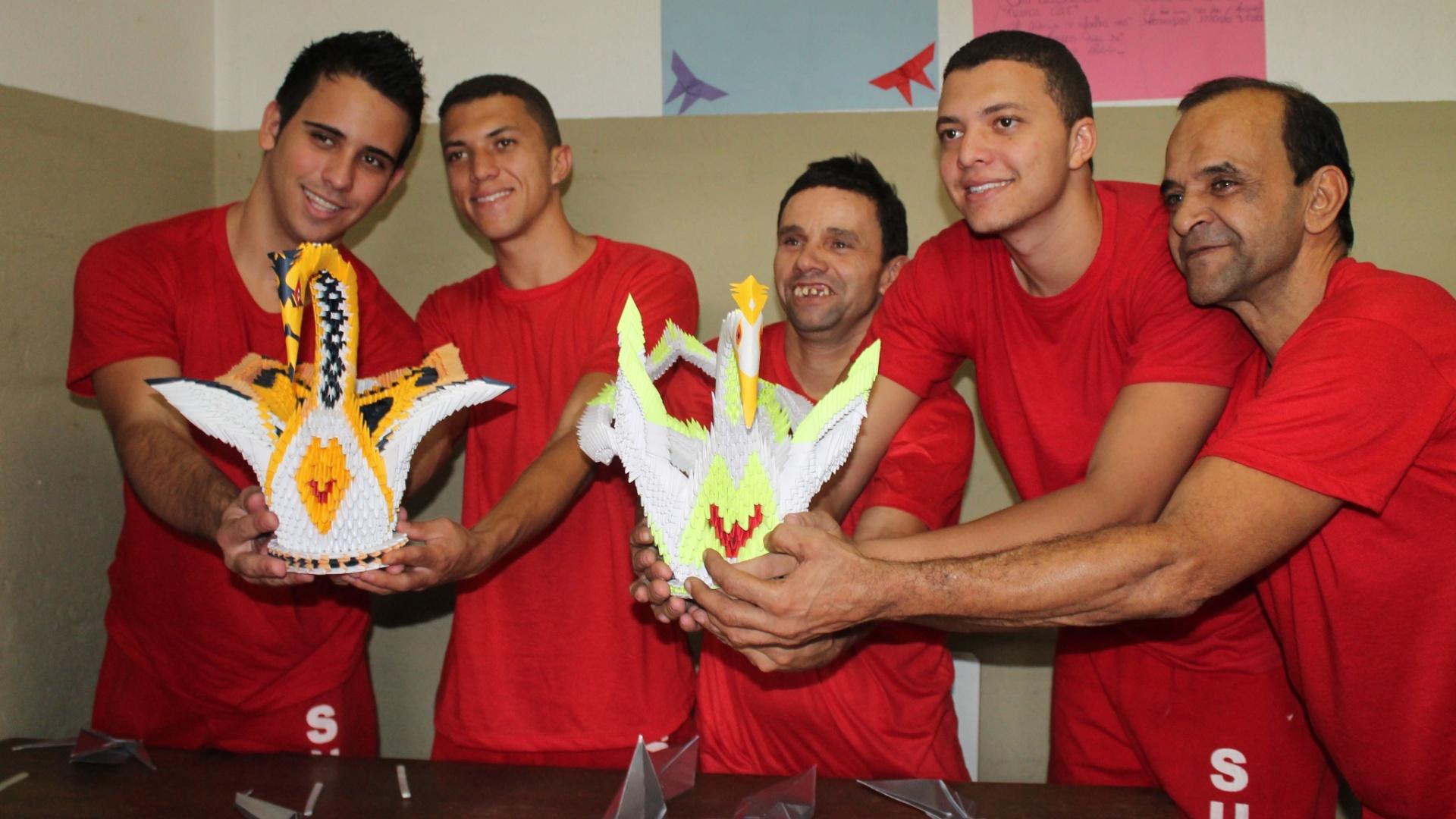 30.out.2014 - Seis presos do Ceresp (Centro de Remanejamento do Sistema Prisional) de Betim (Minas Gerais), na região metropolitana de Belo Horizonte, participam de uma oficina de origami na unidade prisional