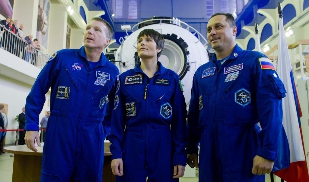 30.out.2014 - TREINAMENTO PARA A ISS - O astronauta da Nasa (agência espacial americana) Terry Virts, a astronauta da ESA (agência espacial europeia) Samantha Cristoforetti e o cosmonauta russo Anton Shkaplerov participam de uma sessão de treinamento e exames em Star City, perto de Moscou (Rússia). Os três viajarão para a Estação Espacial Internacional (ISS) em 23 de novembro