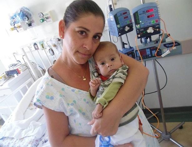 Dineia Silva Gama, 41, e seu filho David Miguel, que nasceu com problema raro no intestino
