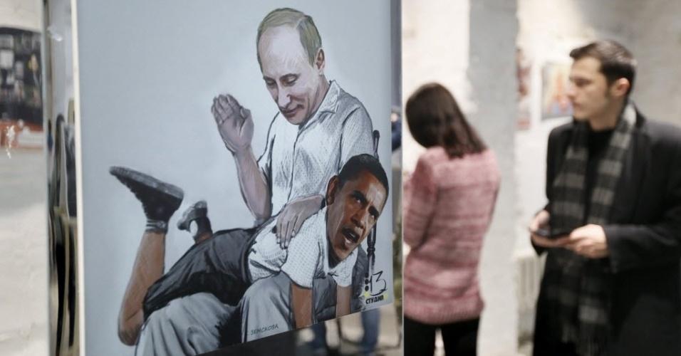 31.out.2014 - Obra de arte mostra o presidente da Rússia, Vladimir Putin, dando tapas no presidente dos Estados Unidos, Barack Obama, em exposição