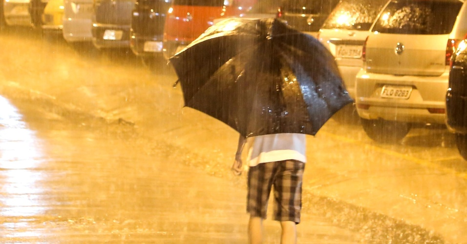 31.out.2014 - Uma chuva intensa atingiu a região da Lapa, zona oeste de São Paulo, na noite nesta sexta-feira (31)