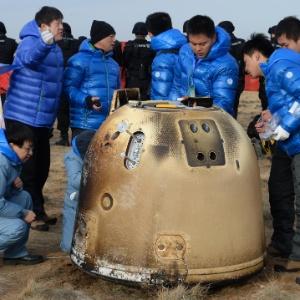Cientistas chineses inspecionam sonda espacial após seu retorno à Terra