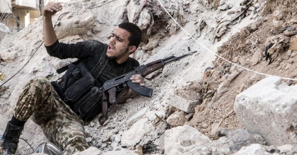 1º.nov.2014 - Combatente rebelde luta contra forças do regime sírio na cidade de Aleppo, no norte da Síria. Rebeldes da Frente Revolucionária Síria (FRS) travam combate contra o grupo jihadista Frente Al-Nusra, braço da rede Al-Qaeda no país