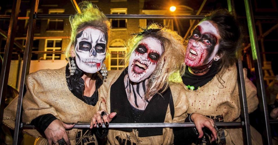 """1º.nov.2014 -  Jovens se fantasiam para participar de um desfile em Amsterdã, na Holanda, com o tema """"Dia dos Mortos"""", uma tradição católica bastante comum tanto no México como no Brasil"""
