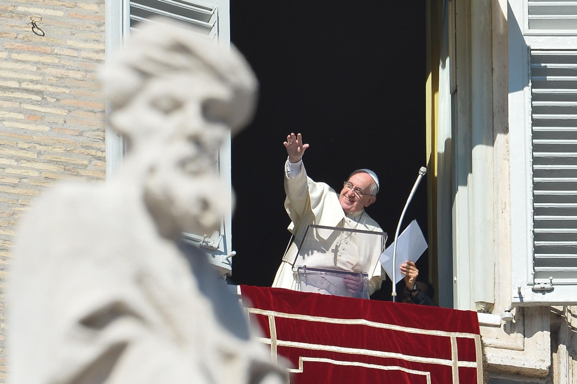 2.nov.2014 - Papa Francisco realiza o Angelus --oração dominical-- na Praça São Pedro, no Vaticano, no dia em que a Igreja Católica celebra o Dia de Finados. Na ocasião, o pontífice destacou que a morte
