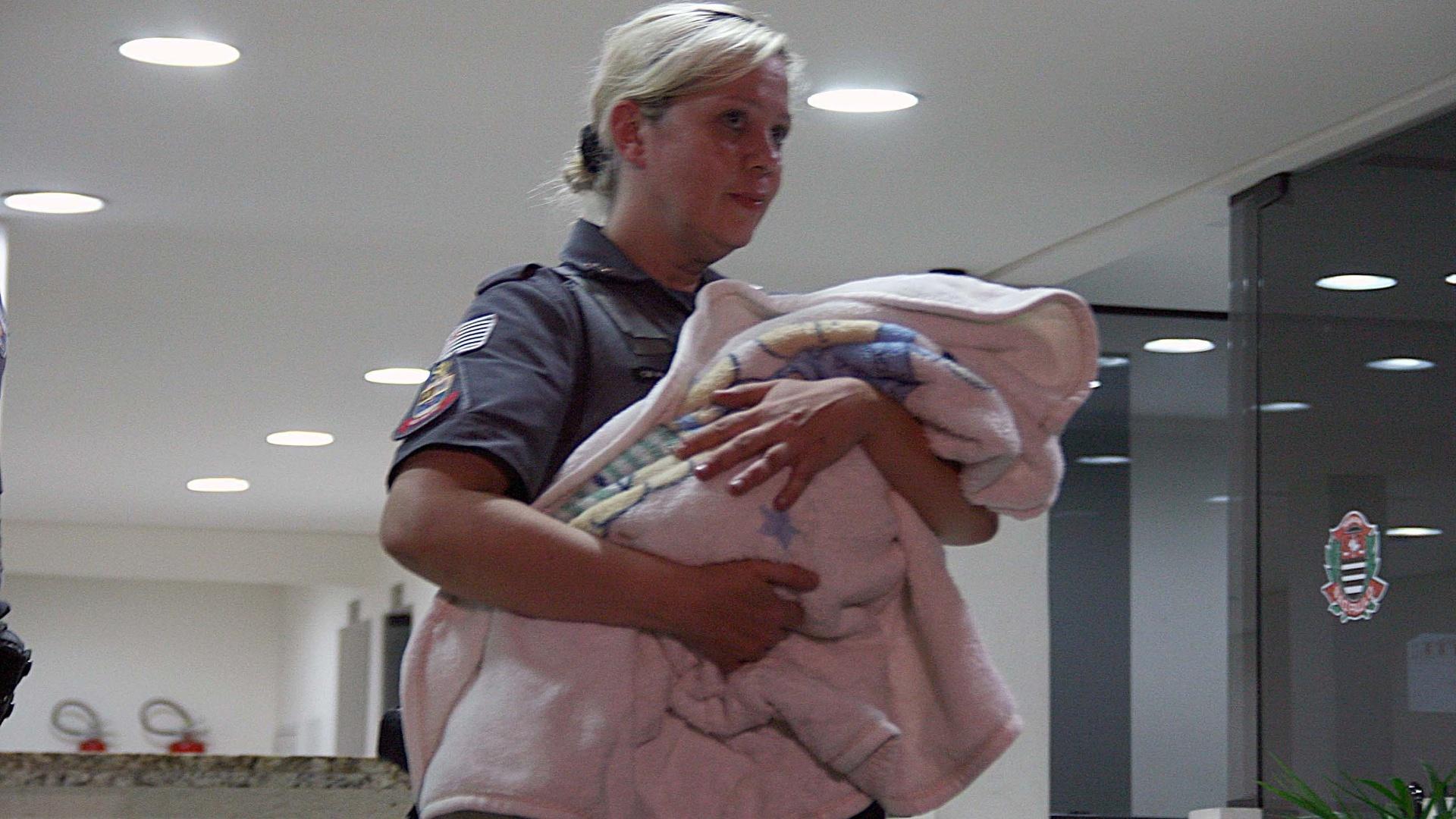 2.nov.2014 - Um casal de cubanos foi preso após assaltarem um taxista na noite de sábado (1º) em São Paulo, carregando a filha, um bebê de cinco meses. Os dois pegarem o táxi na saída do aeroporto de Guarulhos, na Grande São Paulo. Armados com uma pistola, eles anunciaram o assalto. O casal fugiu mas foi localizado pela polícia na avenida Guarapiranga, região do Socorro. Na casa dos cubanos, no Jardim São Luís, havia cartões e passaportes falsos, além de máquinas de clonagem de documentos
