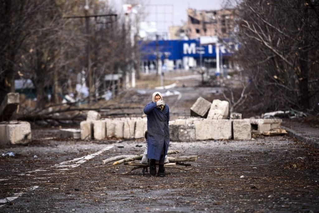 3.nov.2014 - Idosa puxa carrinho com lenha perto do aeroporto de Donetsk, no leste da Ucrânia. A Rússia manifestou que respeita os resultados das eleições realizadas nas zonas controladas pelos rebeldes pró-Rússia em Donetsk e Lugansk. Já a Ucrânia considera as eleições ilegais, pois a lei de autogoverno que concede aos insurgentes três anos de autonomia já contemplava a convocação de eleições locais nas zonas rebeldes para o dia 7 de dezembro