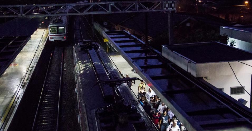 3.nov.2014 - Trens circulam com velocidade reduzida no trecho entre as estações Franco da Rocha e Francisco Morato da linha 7-rubi da CPTM, na noite desta segunda-feira (3). Durante a tarde, um deslizamento de terra interrompeu totalmente a circulação de trens entre as duas estações. De acordo com a companhia, o Paese (plano de emergência com uso de ônibus) foi acionado