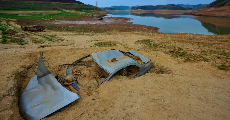 4.nov.2014 -  Imagem mostra o rio Jaguari que integra a represa da Cesp (Companhia Energética de São Paulo) em São José dos Campos, no Vale do Paraíba (SP), nesta terça-feira (4). A capacidade de armazenamento do reservatório está abaixo de 10%